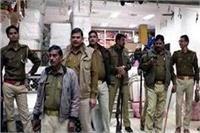 कपड़ा शोरूम में आयकर विभाग की टीम ने मारा छापा, मचा हड़कंप