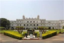 140 साल पुराना है यह महल, झूमर लगाने के लिए छत पर चढ़ाने पड़े थे 10 हाथी