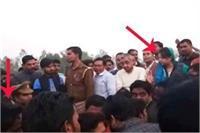 बाराबंकी विवाद: BJP कार्यकर्ताओं ने DM का फूंका पूतला, जिला प्रशासन व बीजेपी कार्यकर्ता आमने सामने