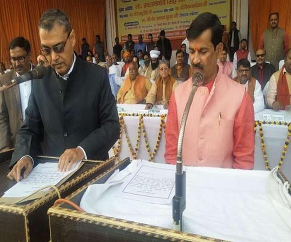 अयोध्या में ऋषिकेश ने ली शपथ, भगवाकरण का आरोप लगाकर सपाइयों ने किया बहिष्कार