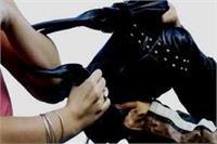 बदमाशों को नहीं है पुलिस का खौफ, दिनदहाड़े महिला से लाखों के आभूषण लूटकर हुए फरार