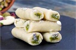 मीठे के शाैकीन लाेग घर पर बनाएं Kaju Pista Roll