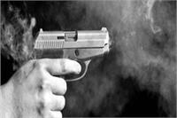 बेखौफ बदमाश: धारदार हथियार से हमले के बाद युवक पर बरसाई ताबड़तोड़ गोलियां