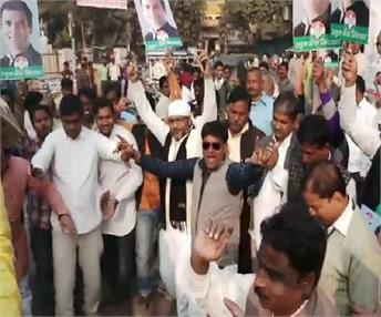 राहुल के अध्यक्ष बनते ही कांग्रेसियों ने मनाया जश्न, भैया जिंदाबाद का नारा लगाकर किया डांस