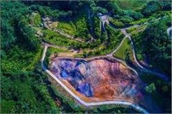 आसमान पर नहीं, इस देश की जमीन पर बना है 23 रंगों का इंद्रधनुष, देखिए तस्वीरें