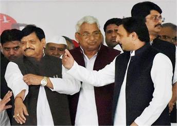 शिवपाल पर सपा प्रत्याशी के खिलाफ चुनाव प्रचार करने का आरोप, सपा से बर्खाश्त की मांग