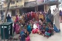 कड़ाके की ठंड के बीच कंबल के लिए धरने पर बैठी महिलाएं, इंतजार है याेगी के मंत्री
