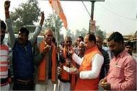 कांग्रेस के गढ़ 'अमेठी' में BJP की जीत पर जश्न, खिलाई जा रही मिठाइयां