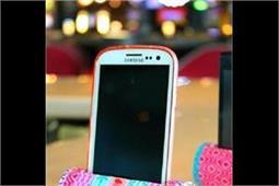 Toilet Paper Roll से बनाएं अपने मोबाइल फोन का Holder