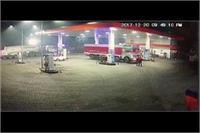 पेट्रोल पंप पर ट्रक का कोहरामः 2 लोगों को रौंदा, एक की हालत गंभीर