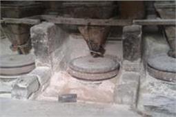 पानी से चलती है यह 200 साल पुरानी आटे की चक्की