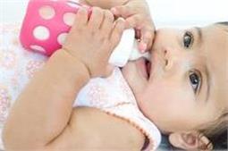 कहीं आप भी बच्चे को लेटाकर दूध तो नहीं पिलाते?