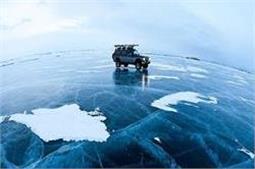 सर्दी में इस झील का पानी बन जाता है सड़क,चलती हैं गाडियां