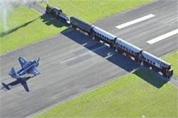 अनोखा एयरपोर्ट, ट्रेन के साथ ही गुजरता है प्लेन