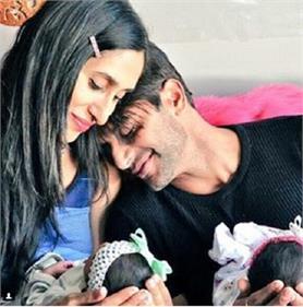 ''नागिन'' के पत्नी ने हाथों में अपनी बच्चियों को थामे शेयर की तस्वीर