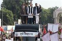'यूपी विजय रथ' पर सवार राहुल-अखिलेश, रोड शो में उमड़ा लोगों का हुजूम