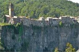 दुनिया की सबसे खतरनाक जगह पर बना है यह खूबसूरत गांव