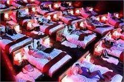अजीबोगरीब सिनेमाघर,कहीं पानी तो कहीं बिस्तर