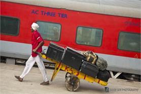 कुलियों को सामाजिक सुरक्षा देने के लिए रेल टिकट पर लग सकता है उपकर