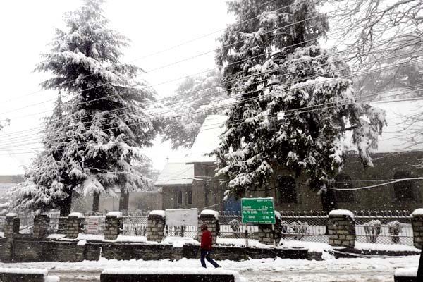 PICS : बर्फबारी बनी आफत, 5 दिनों से अधेंरे में डूबे 250 गांव