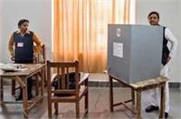 CM अखिलेश ने डाला वोट, जसवंतनगर में शिवपाल यादव के काफिले पर पथराव