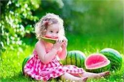 बच्चों को खाना खिलाते समय रखें 4 बातों का ध्यान