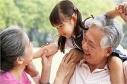 बच्चों के लिए क्यों जरूरी है दादा-दादी का साथ?