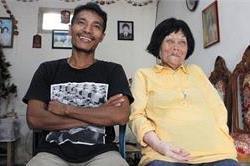 इंडोनेशिया: फोन से शुरु हुई थी इस कपल की लव स्टोरी, 28 का लड़का, 80 की लड़की!(Pics)