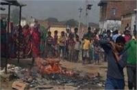वाराणसी में शराब को लेकर महिलाओं का प्रदर्शन जारी, दुकानों में की तोड़फोड़ और आगजनी