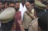 दुकानदार ने महिला पुलिस को दिखाई हेंकड़ी, रोड पर जमकर किया हंगामा