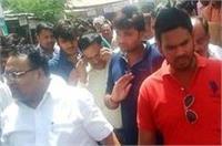 हत्या के मामले में नामजद SP के पूर्व विधायक ने किया भाई-बेटे के साथ कोर्ट में समर्पण