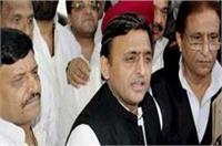 पार्टी विधायकों की बैठक से पहले एक साथ दिखा सपा परिवार