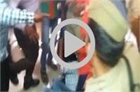 शिवसेना कार्यकर्त्ताओं की दबंगई, पुलिस के सामने फोटोग्राफर को बुरी तरह से पीटा