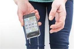 फोन पानी में गिरने पर अपनाएं ये तरीके