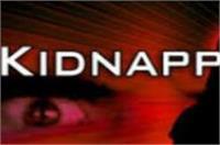 यूपी में बेखौफ बदमाश: पिता की कनपटी पर पिस्तौल रखकर किया बेटी का अपहरण