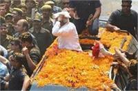 रोड शो में PM मोदी का अंदाज, मुस्लिम के दिए शॉल को माथे से लगा रखा सिर पर