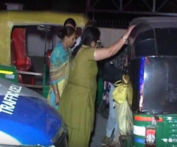 यात्रियों से भरी बस डिवाइडर से टकराई, घायलों में से 10 की हालत नाजुक
