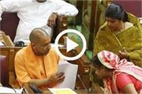 17वीं विधानसभा का पहला दिन, शपथ ग्रहण के बाद सभी नेताओं ने CM योगी के छुए पांव