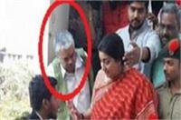 आतंकियों को कारतूस सप्लाई करने वाला आरोपी बीजेपी मंत्रियों के साथ, तस्वीरें वायरल