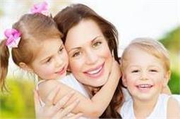 मां का एक HUG बच्चे को बनाएगा सेहतमंद