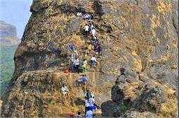 खतरनाक ट्रैक से गुजरकर इस किले तक पहुंचते हैं लोग