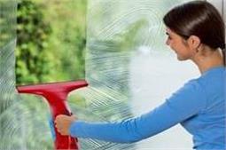 दरवाजे-खिड़कियों पर जमी धूल को ऐसे करें मिनटों में साफ