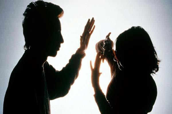 युवक ने नाबालिग लड़की को जड़े थप्पड़, फिर घर पर बरसाए पत्थर