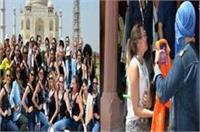 ताजमहल में प्रवेश से पहले मॉडल्स से उतरवाए गए भगवा स्कार्फ, जांच के आदेश