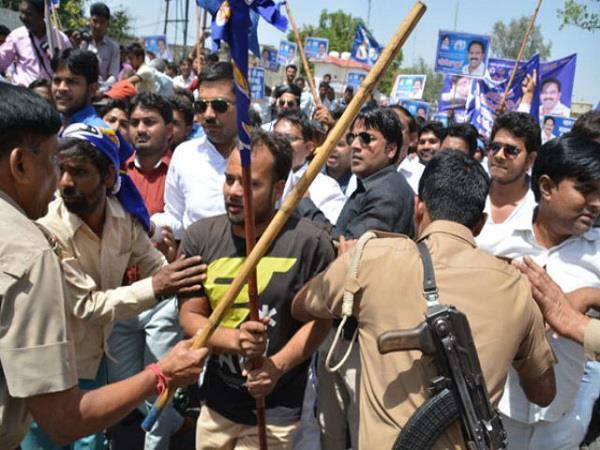 EVM के खिलाफ प्रदर्शनः आपस में भिड़े बसपाई, नसीमुद्दीन और अतर का फूंका पुतला
