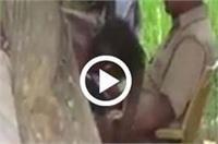 फरियाद लेकर पहुंचा व्यक्ति, पुलिसकर्मी ने दबवाए हाथ-पैर (Video Viral)