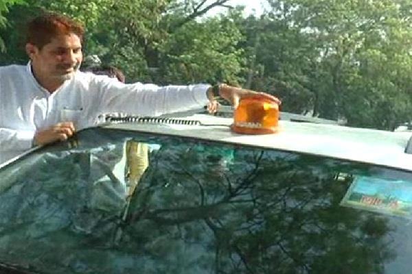 PM नरेंद्र मोदी के फैसले का BJP अध्य्क्ष ने किया स्वागत, खुद उतारी अपनी गाड़ी की लाल बत्ती