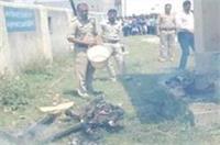 पुलिस ने जलती चिता से निकाला युवती का अधजला शव, जानकर रह जाएंगे हैरान