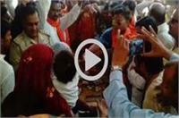 BJP नेता की करतूत, थाने पहुंच कोतवाल को पहनाई चूड़ियां!