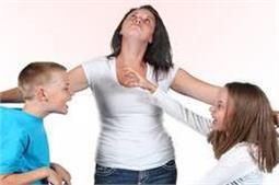 भाई-बहन के झगड़े को ऐसे सुलझाएं